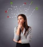 Jeune femme pensant avec les repères abstraits au-dessus Photo stock
