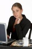 Jeune femme pensive d'affaires avec l'ordinateur portatif Images stock