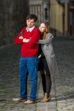 Jeune femme pickpocketting son ami Image stock