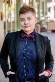Jeune femme pimpante sérieuse de fluide de genre photos libres de droits