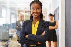 Jeune femme pleine d'assurance comme femme d'affaires images stock