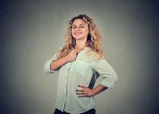 Jeune femme pleine d'assurance semblant fière d'elle-même images libres de droits