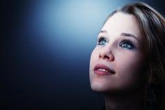 Jeune femme pleine d'espoir jetant un coup d'oeil dans son contrat à terme Photos stock