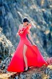 Jeune femme portant la longs robe et masque rouges Photos libres de droits
