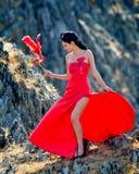 Jeune femme portant la longue robe rouge Images libres de droits