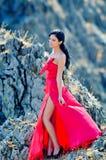 Jeune femme portant la longue robe rouge Photo libre de droits