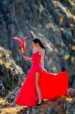 Jeune femme portant la longue robe rouge Image stock