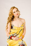 Jeune femme portant la robe soyeuse d'été Photos stock