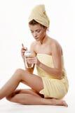 Jeune femme portant la serviette jaune images stock