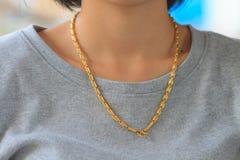 Jeune femme portant le collier d'or Photos libres de droits