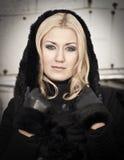 Jeune femme portant le manteau noir chaud image libre de droits