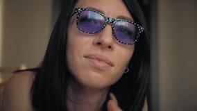 Jeune femme portant les lunettes drôles, fin  lifestyle banque de vidéos