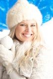 Jeune femme portant les vêtements chauds de l'hiver photo stock