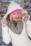 Jeune femme portant un manteau à capuchon Image stock