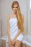 Jeune femme portant une serviette dans la salle de bains Photographie stock