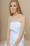 Jeune femme portant une serviette dans la salle de bains Images libres de droits