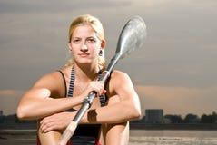 Jeune femme posant avec la palette de kayak image stock