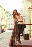 Jeune femme posant en haut à l'extérieur photos libres de droits