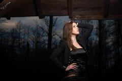 Jeune femme posant et recherchant Image stock
