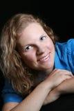 Jeune femme posant pour la verticale Photo libre de droits