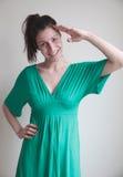 Jeune femme posant pour le salut de militaires Image stock