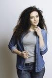 Jeune femme posant sur l'appareil-photo images stock