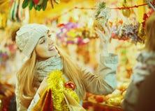 Jeune femme positive au compteur proche juste avec des cadeaux de Noël image stock