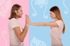 Jeune femme poussant les mains de son ami tout en se sentant fâché Images libres de droits
