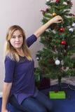 Jeune femme près d'arbre de nouvelle année photographie stock libre de droits