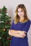 Jeune femme près d'arbre de nouvelle année images stock