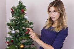 Jeune femme près d'arbre de nouvelle année photos stock