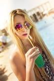 Jeune femme près de la piscine photo stock