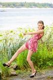 Jeune femme près de la rivière Image stock
