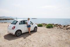 Jeune femme près de voiture dehors images libres de droits