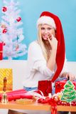 Jeune femme préparant des cadeaux pour Noël Photo stock