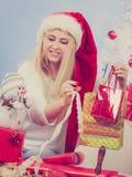 Jeune femme préparant des cadeaux pour Noël Photo libre de droits