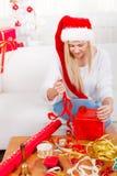 Jeune femme préparant des cadeaux pour Noël Image stock