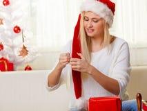 Jeune femme préparant des cadeaux pour Noël Image libre de droits