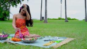Jeune femme préparant la guirlande dans le jardin 4k banque de vidéos