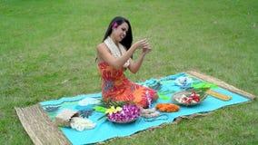 Jeune femme préparant la guirlande dans le jardin 4k clips vidéos