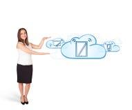 Jeune femme présent les dispositifs modernes en nuages images libres de droits