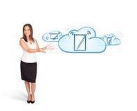 Jeune femme présent les dispositifs modernes en nuages images stock