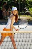 Jeune femme prêt pour l'action de tennis Photographie stock libre de droits