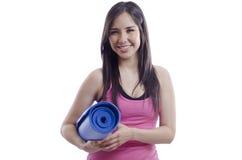 Jeune femme prête pour la classe de yoga Image stock