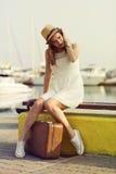 Jeune femme prête pour la croisière de mer Images stock