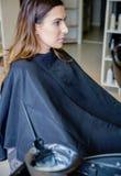 Jeune femme prête pour un changement de couleur de cheveux Images libres de droits