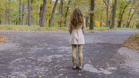 Jeune femme prenant à décision que manière d'aller Photos libres de droits