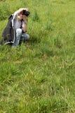 Jeune femme prenant des photos Photographie stock