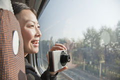 Jeune femme prenant la fenêtre de train d'extérieur de photographies Images libres de droits