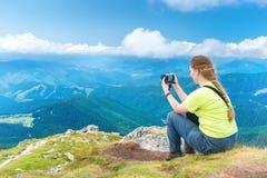 Jeune femme prenant la photo Image libre de droits